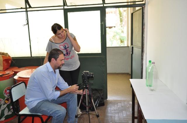 Professor Welerson e a bolsista Fernanda fazendo as filmagens e fotos para o próximo vídeo tutorial.